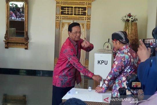 Sultan HB X mencoblos di TPS 15 Panembahan Yogyakarta