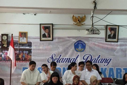 Keluarga Airlangga Hartarto kompak memakai baju putih ke TPS