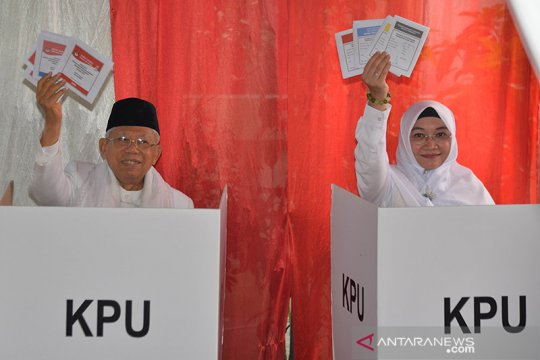 Ma'ruf Amin didampingi istrinya gunakan hak pilihnya