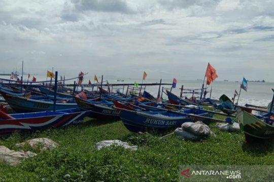 Nelayan Cilacap nekat melaut meskipun gelombang tinggi