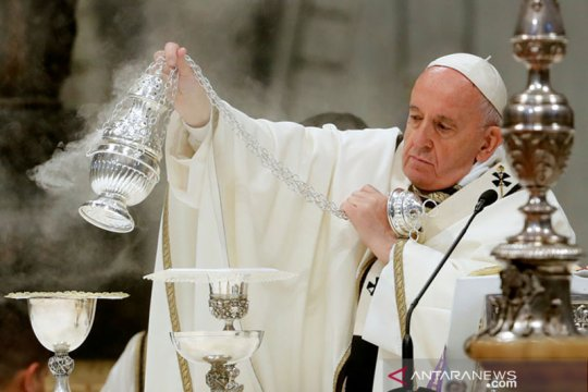 Paus Fransiskus Pimpin Misa Malam Paskah di Vatikan