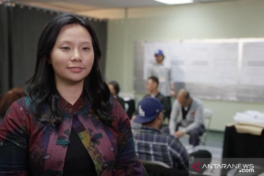 Livi Zheng filmkan penghitungan suara di Los Angeles