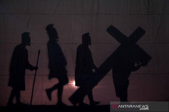 Drama siluet visualisasi Jalan Salib