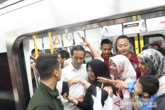 Penumpang MRT berdesakan ingin dekati Jokowi