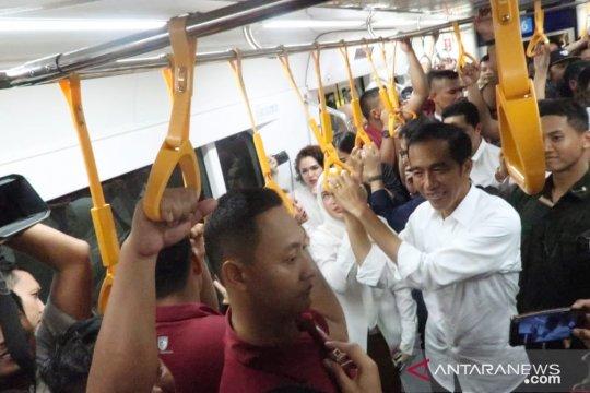 Jokowi ajak Erick Tohir naik MRT dari Bundaran HI