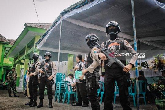 Anggota Polres Lumajang bersenjata lengkap jaga rekap suara PPK