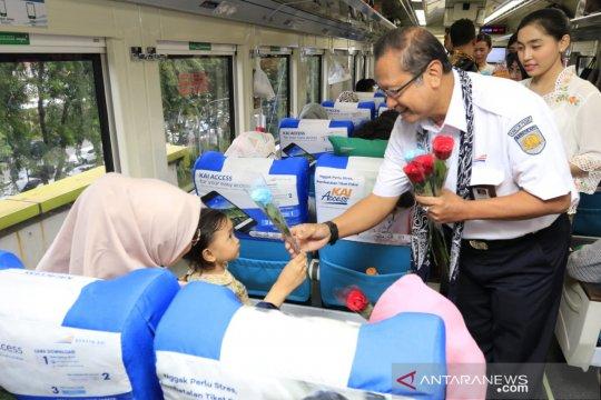 Hari Kartini, Dirut KAI bagikan bunga ke penumpang wanita