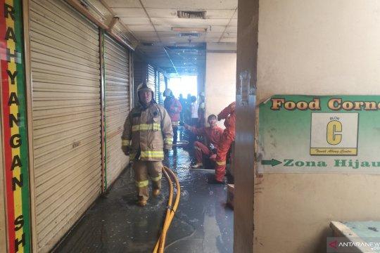Petugas padamkan api lalap Pasar Blok C Tanah Abang