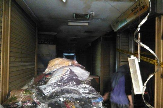 Pedagang Pasar Tanah Abang bersihkan puing kebakaran