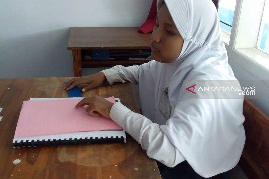 Siswa SMPLB netra di Jember keluhkan panjangnya soal UN