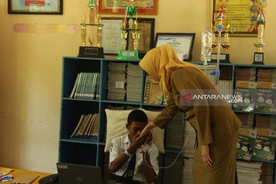 Seorang siswa SMP Lumajang ikuti UNBK dengan tangan terinfus