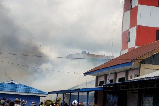Petugas-masyarakat masih berusaha padamkan kebakaran Bandara Nabire