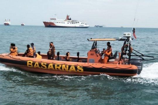 Seorang ABK kapal feri jatuh ke laut belum ditemukan