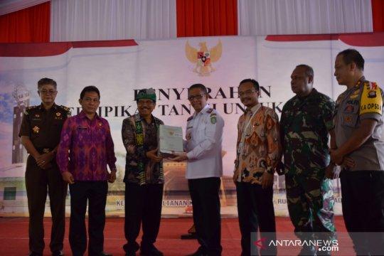 Menteri ATR/BPN serahkan 122 sertifikat Lahan Milik Pemprov Kalbar