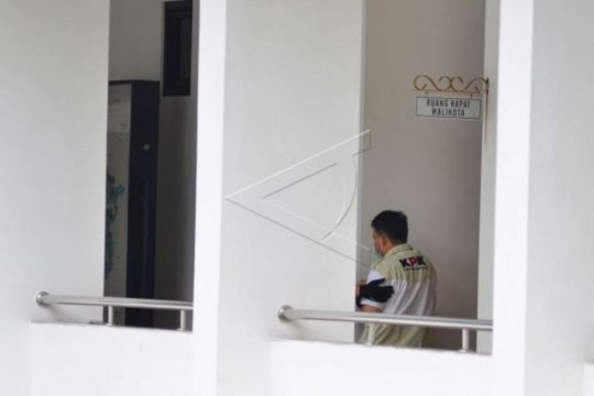 Petugas KPK bawa dokumen dari kantor Wali Kota Tasikmalaya