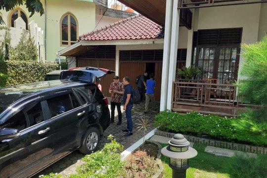 Petugas KPK geledah rumah Bupati Solok Selatan
