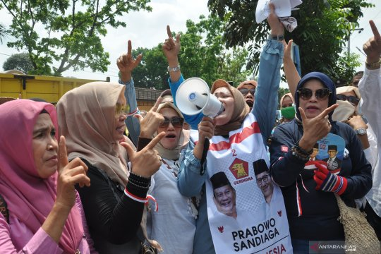 Puluhan emak-emak gelar aksi damai di Kantor KPU Medan