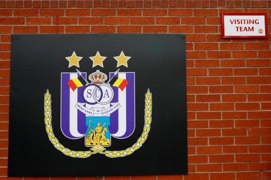 Fans lempar kembang api, Anderlecht terkena sanksi