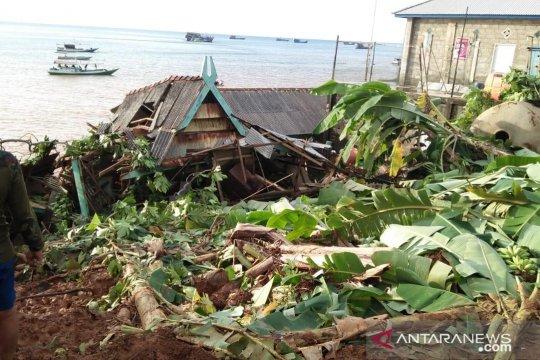Warga terdampak longsor Kotabaru mengungsi ke kapal kursen