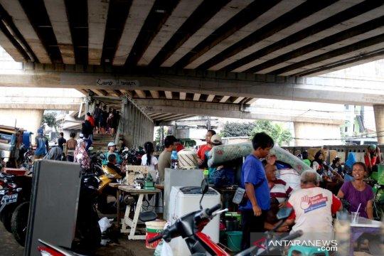 Sudin Sosial Jaksel salurkan 5.000 paket makanan bagi korban banjir