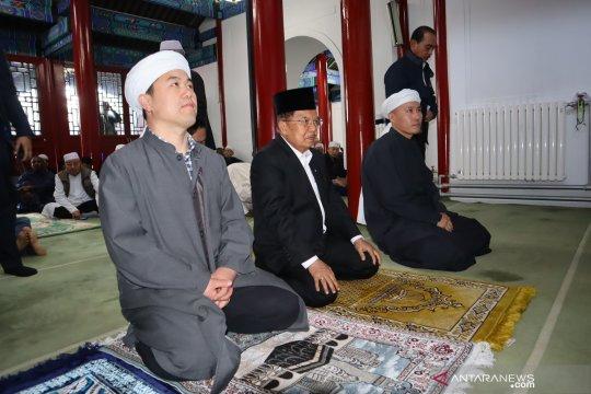 Wapres shalat Jumat di masjid tertua di Beijing