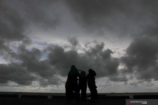 Hujan ringan hingga sedang diprakirakan turun di sejumlah kota besar