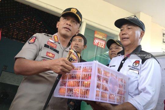 Kapolrestabes Surabaya bagi jeruk ke petugas pemungutan suara ulang