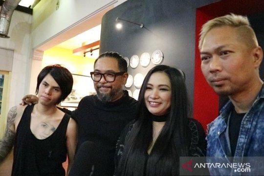 Band Cokelat takjub dengan pameran foto ANTARA
