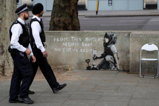 Mural 'Girl with a PiercedEardrum' Banksy dihiasi masker bedah