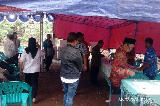 Petugas lakukan persiapan PSU di TPS 163 Pulo Gebang