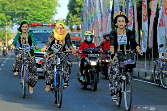 Bersepeda mengenakan kebaya memperingati hari Kartini