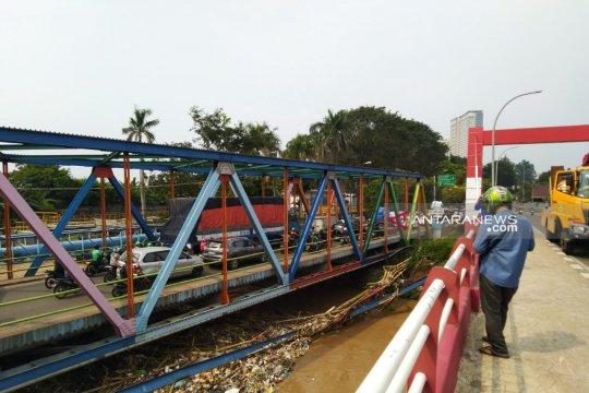 Petugas angkut sampah sungai pascabanjir di Tangerang