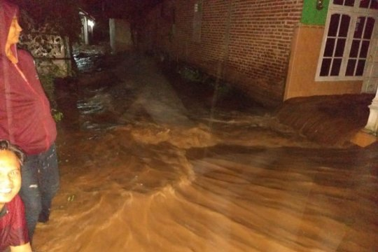 BPBD Kabupaten Kediri tangani tanggul jebol akibat banjir