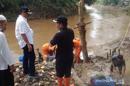 Petugas bersihkan lumpur di lokasi banjir Jakarta
