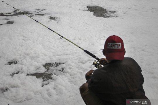 """Ini penyebab adanya """"busa salju"""" di Kanal Banjir Timur"""