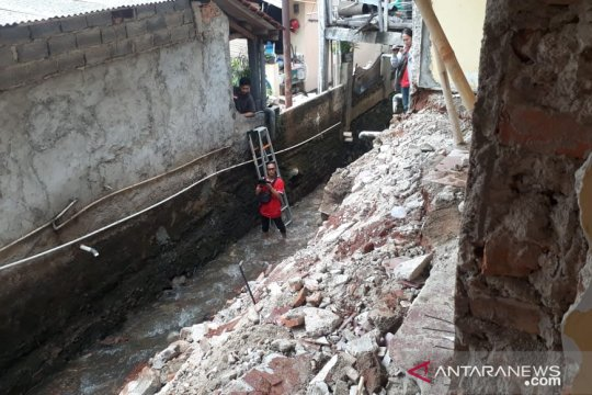 Tembok rumah ambruk di Pondok Labu diduga kena erosi tanah