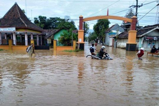 Jalur pantura Pasuruan ditutup akibat banjir