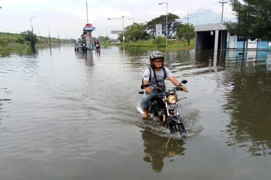 Polisi alihkan pengendara melalui Arteri Porong akibat banjir