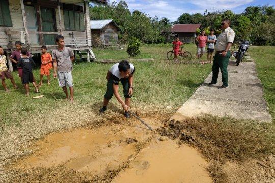 Semburan lumpur di halaman sekolah hebohkan warga Kapuas Hulu