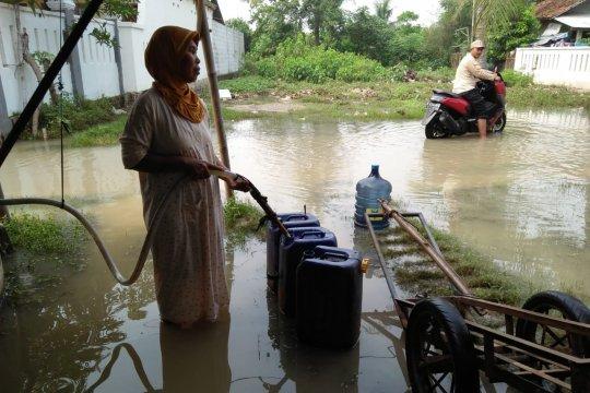 15.000 liter air bersih dikirimkan PDAM pascabanjir di Teluk Naga