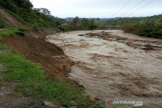Korban banjir Sigi susuri kebun kakao akibat jalan putus total
