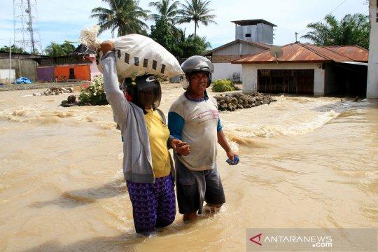 Banjir di Mamuju, jalan trans Sulawesi lumpuh total