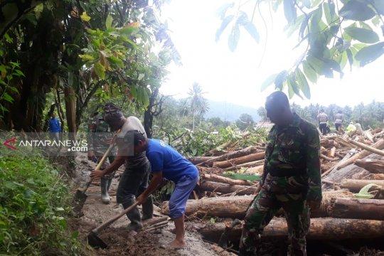 TNI dan warga buat jalur alternatif jalan menuju Kulawi-Sigi