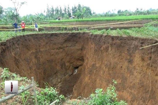 Lokasi lubang besar  berada di atas sungai tua