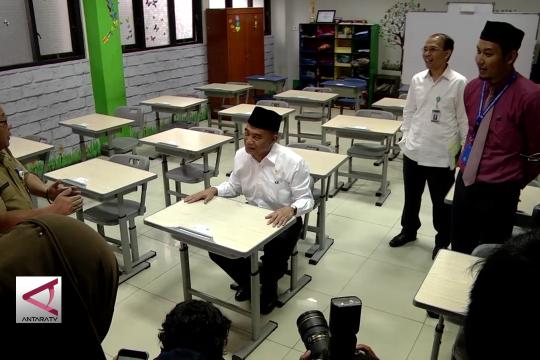 Sambil kawal anak, Mendikbud Tinjau USBN di Jakarta
