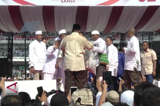Prabowo dapat 2 kantong plastik berisi uang dari pendukung
