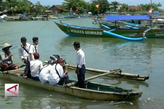 Ojek perahu gratis antar warga arungi sungai