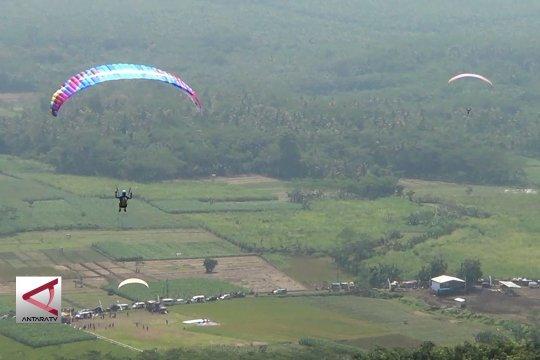 169 Atlet adu terbang parasut di bukit Sikuping