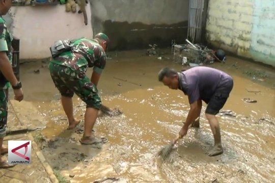 Kodim 0506 Tangerang bantu warga bersihkan sisa banjir