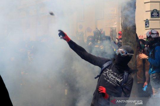 Polisi Prancis tembakkan gas air mata ke peserta aksi Hari Buruh